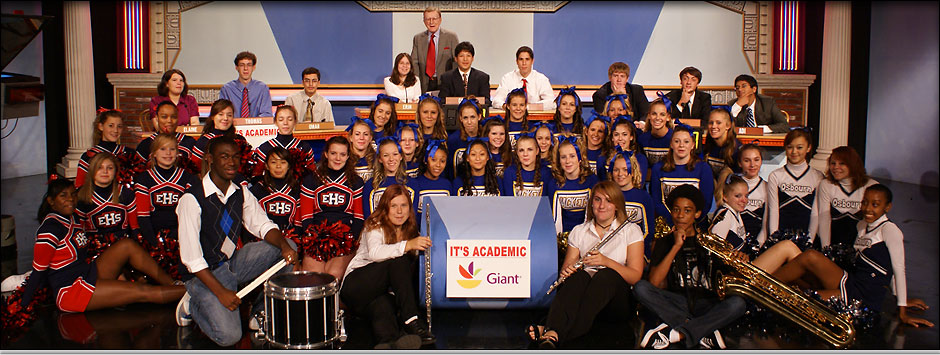 Group picture of host, teams, cheerleaders and band.